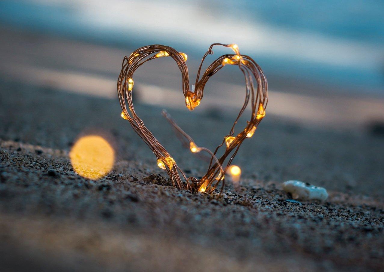 cuore di luce sulla sabbia