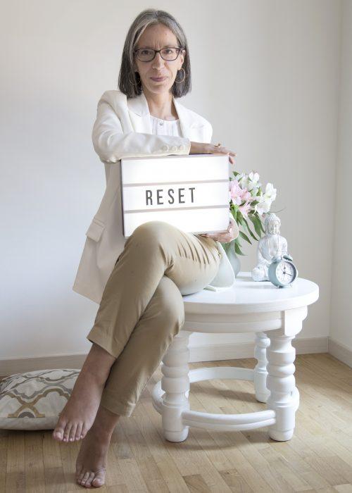 Donna seduta con insegna Reset